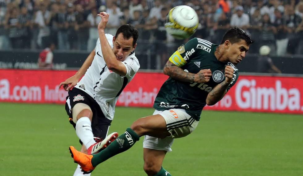 Rodriguinho e Dudu disputam bola no primeiro jogo da final do Campeonato Paulista, vencido pelo Palmeiras por 1 a 0.