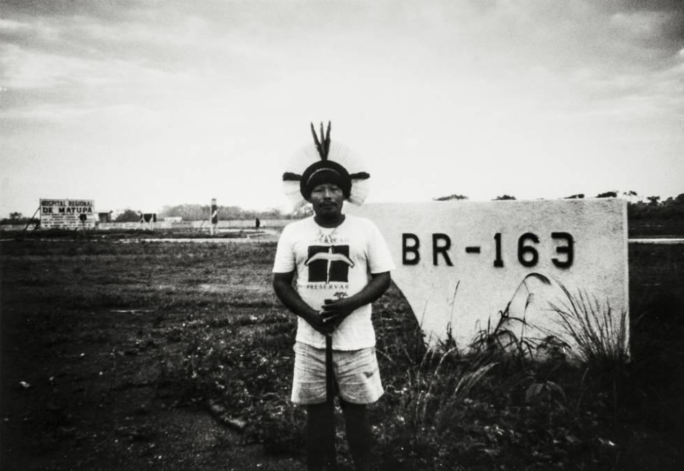 Akã na primeira visita à terra nativa: construção de rodovia cortaria o estado de Mato Grosso e a terra dos Panará, em 1991.