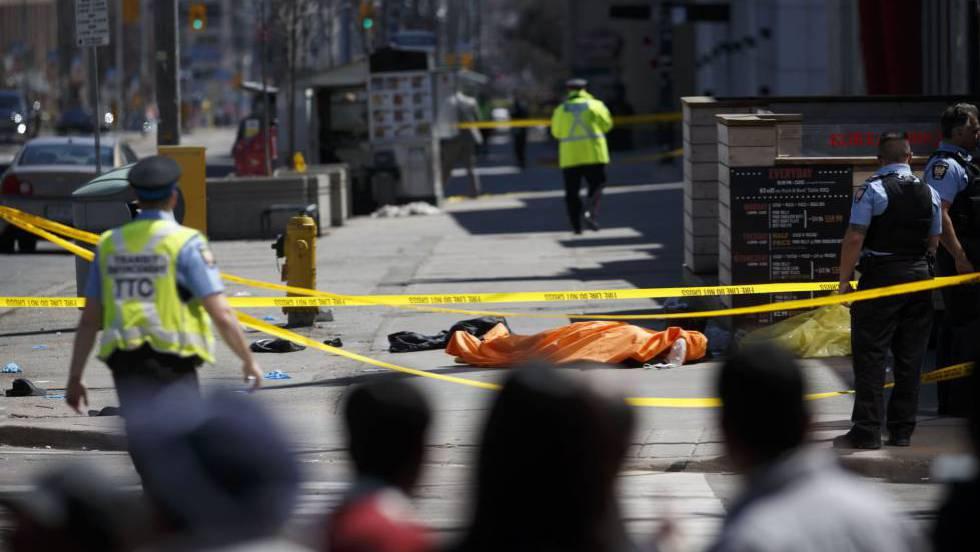Polícia isola local onde van atropelou pedestres: na imagem, um corpo de uma pessoa.