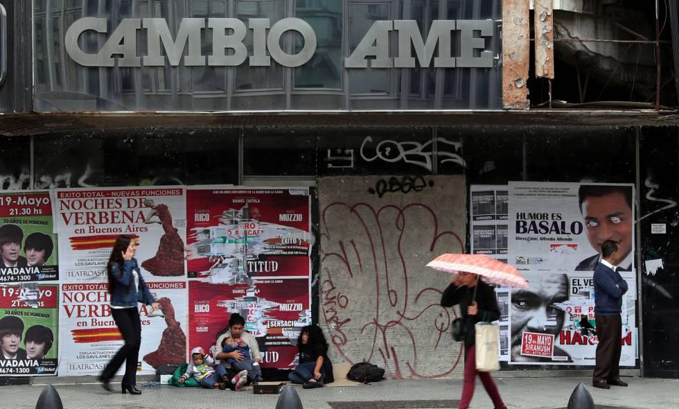 Pessoas em frente a uma casa de câmbio em Buenos Aires.