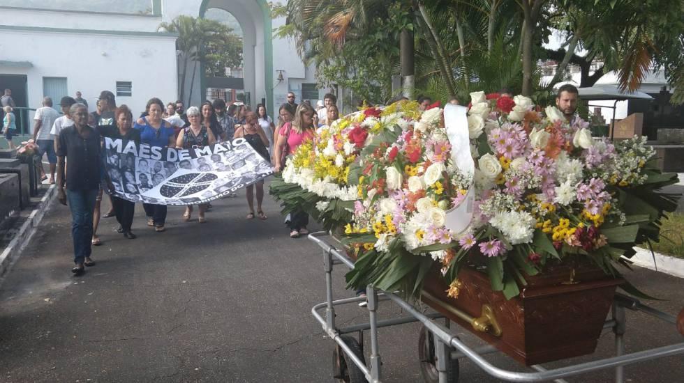 Enterro de Vera Lúcia, no Cemitério Areia Branca