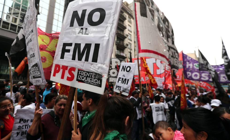 Manifestantes protestam em frente ao Congresso argentino, em Buenos Aires.