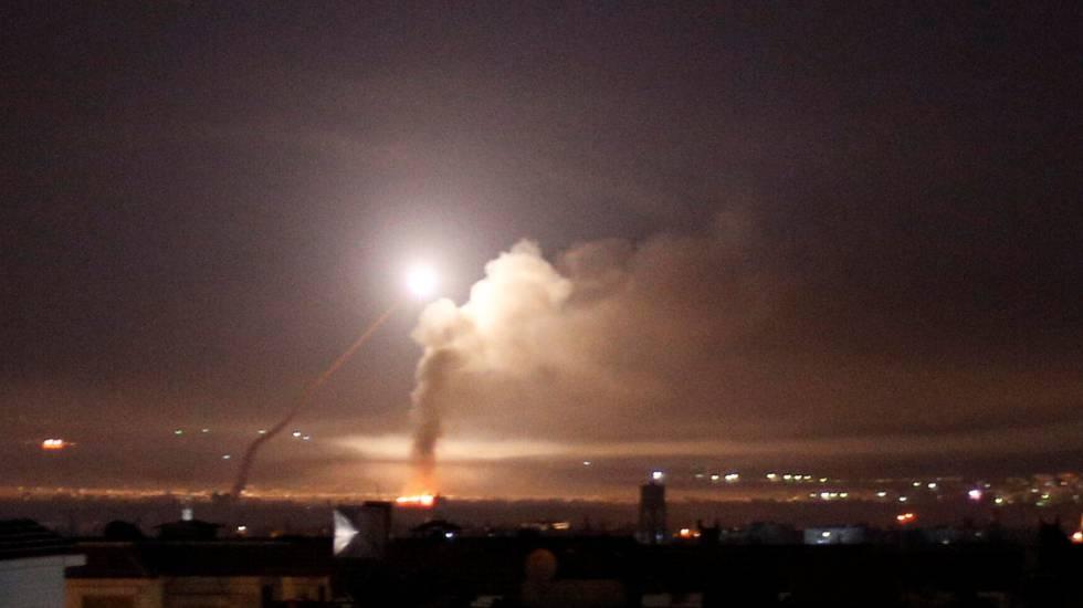 Israel lança ataque de retaliação em larga escala contra alvos iranianos na Síria