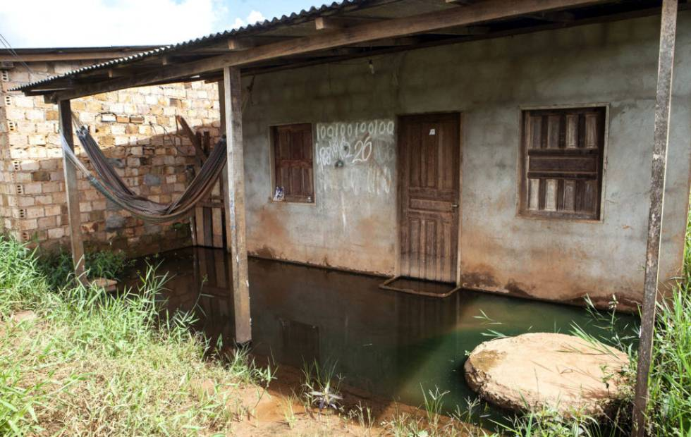 Em casas como esta a água demora a baixar ou nunca baixa.