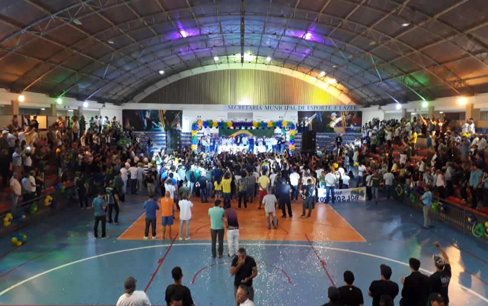 O ginásio do Palácio dos Esportes, com Bolsonaro no palco.