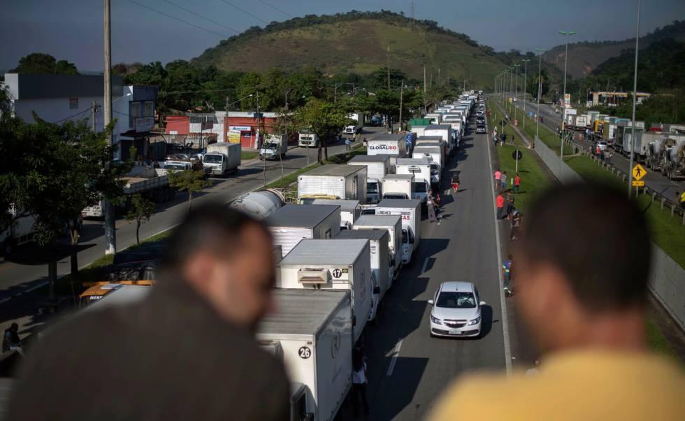 Caminhoneiros bloqueiam parcialmente parte da BR-116, umas das principais artérias do país.