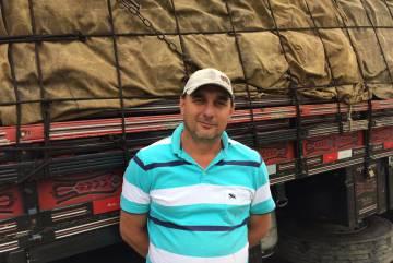 Ademir Wagenknecht, em frente ao seu caminhão.