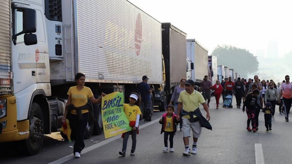 Paralisação na via Anchieta, em São Bernardo do Campo, neste domingo, dia 27