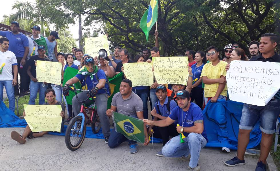 Resultado de imagem para intervenção militar greve dos caminhoneiro