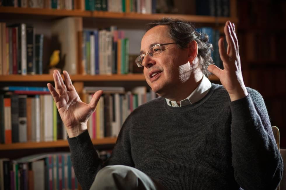 Eduardo Giannetti, em sua casa.