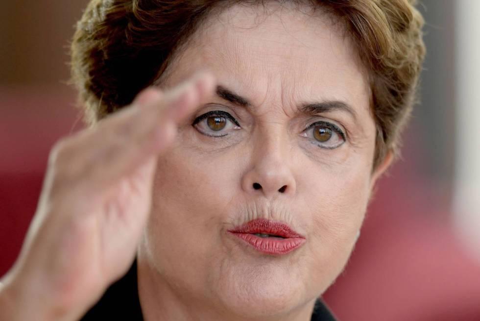 A ex-presidenta Dilma em entrevista a jornalistas estrangeiros em 2016.