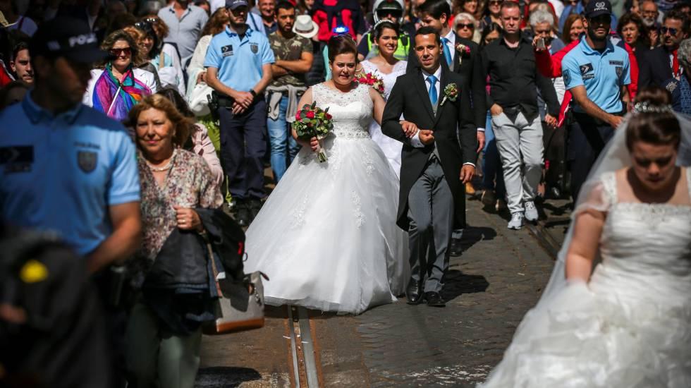 Recém-casados passeiam depois do casamento na Catedral de Lisboa, no dia12 de junho.