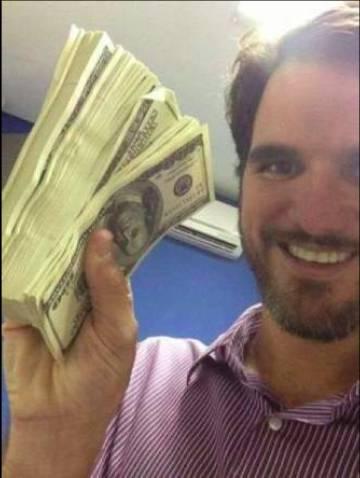 Diego Jatobá, ostentando dólares em uma foto de 2013.