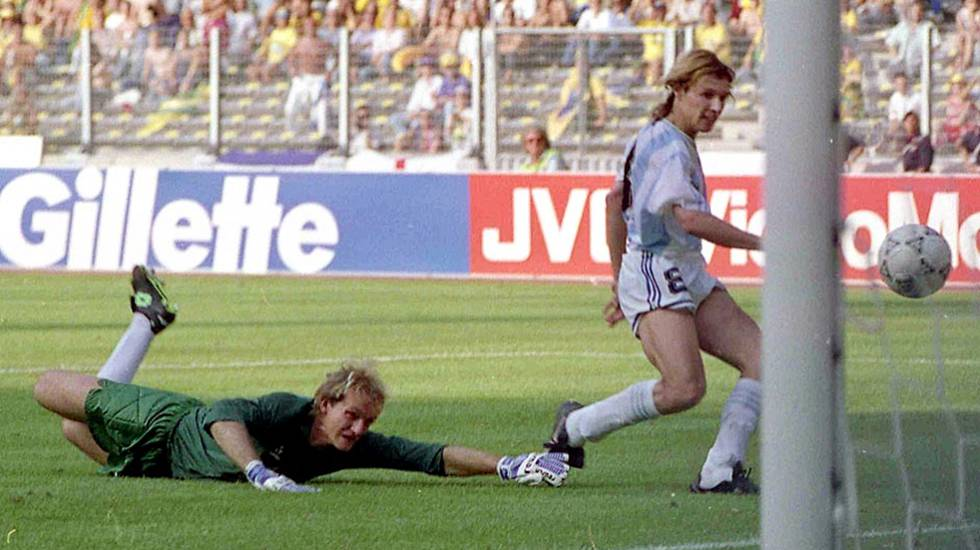 Caniggia marca contra o Brasil na Copa de 1990.