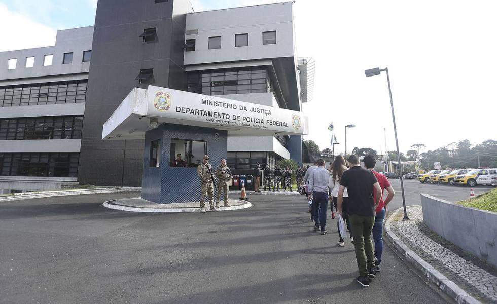 Sede da Polícia Federal em Curitiba, onde Lula está detido.