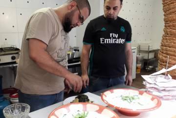 Mohammed (à dir.) supervisionando o preparo de um dos pratos.