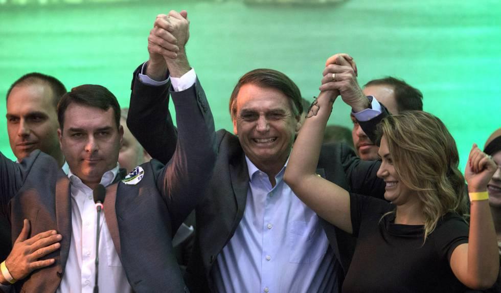 Bolsonaro entre seus filhos e apoiadores, neste domingo.