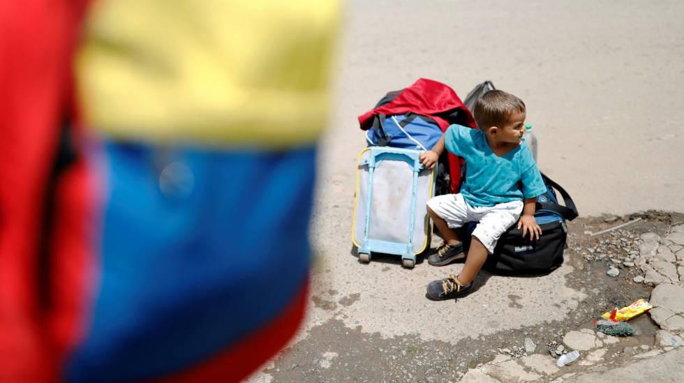 Garoto venezuelano próximo ao controle de fronteira em Pacaraima (RR), nesta segunda-feira (20)rn rn