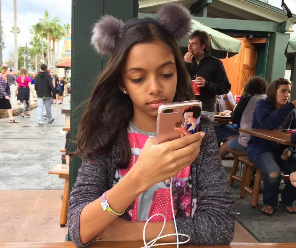 Amanda Carvalho diz que não conseguiria viver sem o celular.