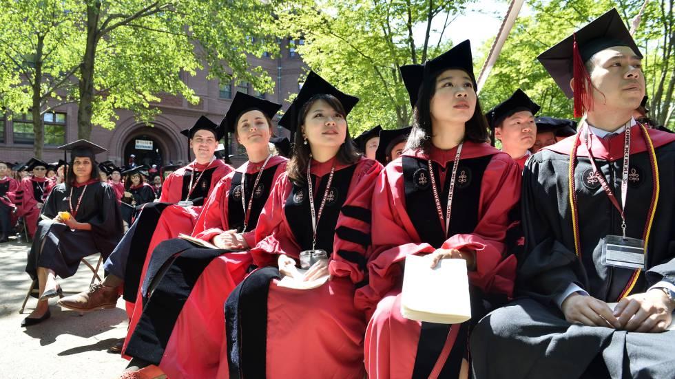 Estudantes da Universidade Harvard em maio, durante entrega de diplomas.