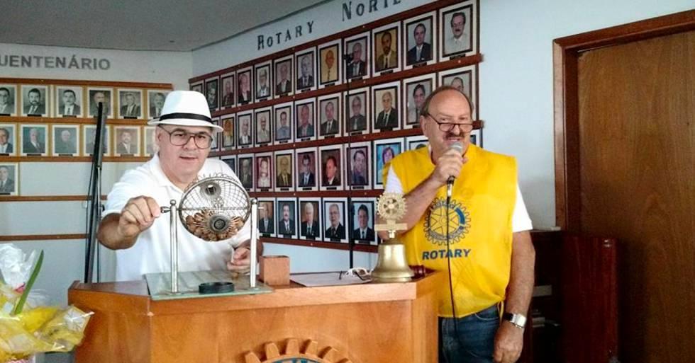 Euclides de Carli, à direita, durante um bingo no Rotary Clube.