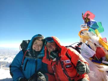 52930893c Ayesha e Renato no topo da montanha.