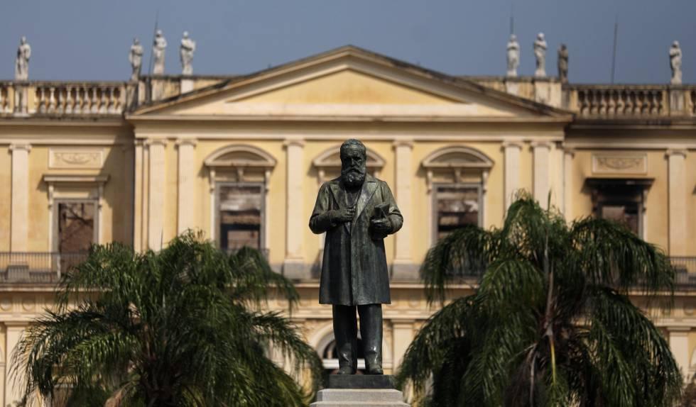 A estátua de D. Pedro II em frente ao Museu Nacional no Rio de Janeiro, em 3 de setembro.