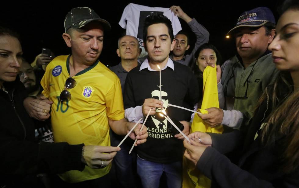 Apoiadores do candidato Jair Bolsonaro em vigília no hospital Albert Einstein.