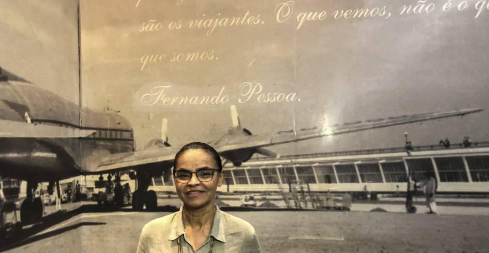 Marina Silva diante de painel no aeroporto de Congonhas.