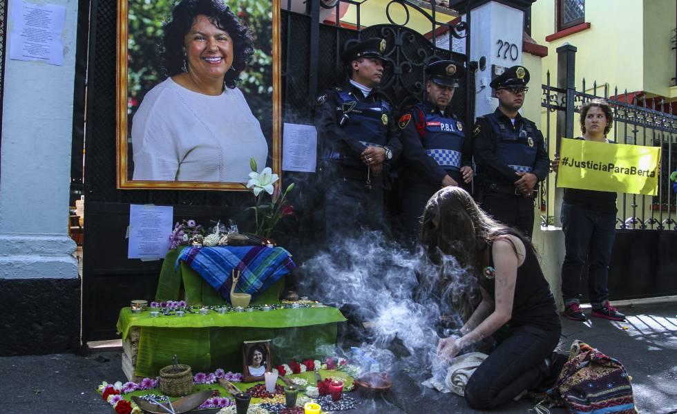 Manifestantes na embaixada de Honduras no México pelo assassinato de Berta Cáceres.