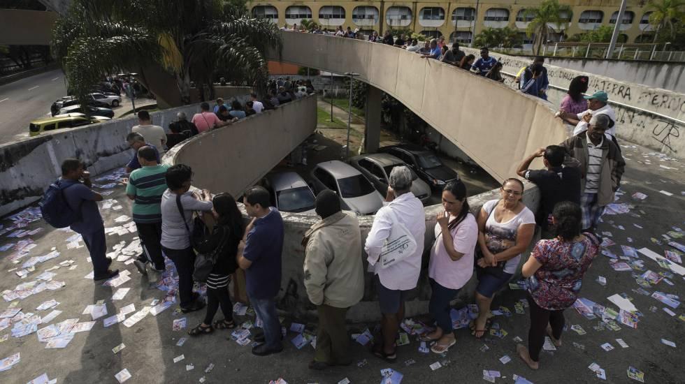Cidadãos fazem fila para votar na favela da Rocinha, no Rio de Janeiro.