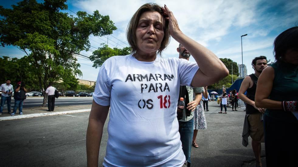 Rosana Cunha, mãe de Gabriel, um dos '18 do CCSP', no Fórum Criminal da Barra Funda, em 22917