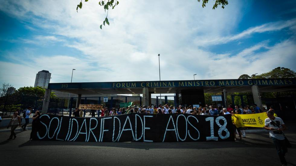 Manifestantes protestam diante do Fórum Criminal da Barra Funda