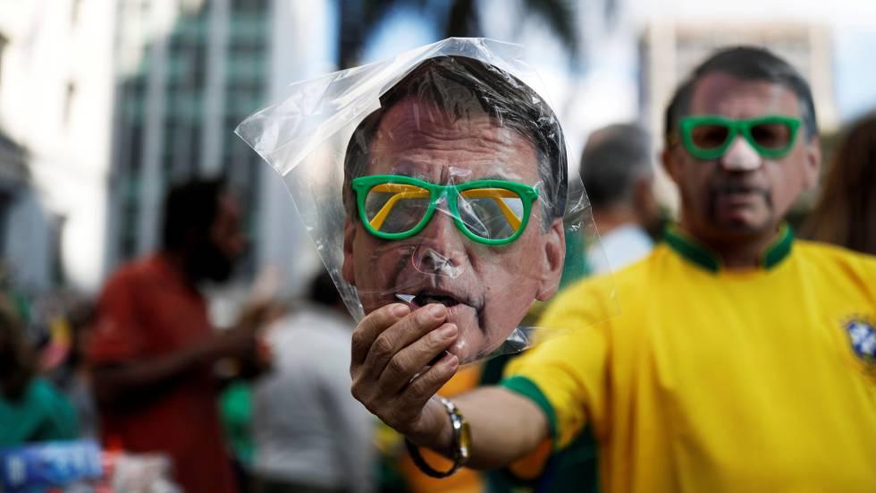 Máscara de Bolsonaro à venda nas ruas