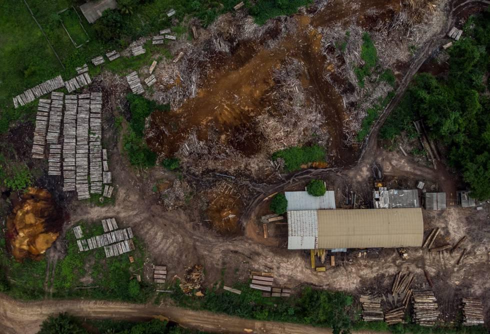Foto aérea de uma serraria à margem do Território Indígena Suruí.