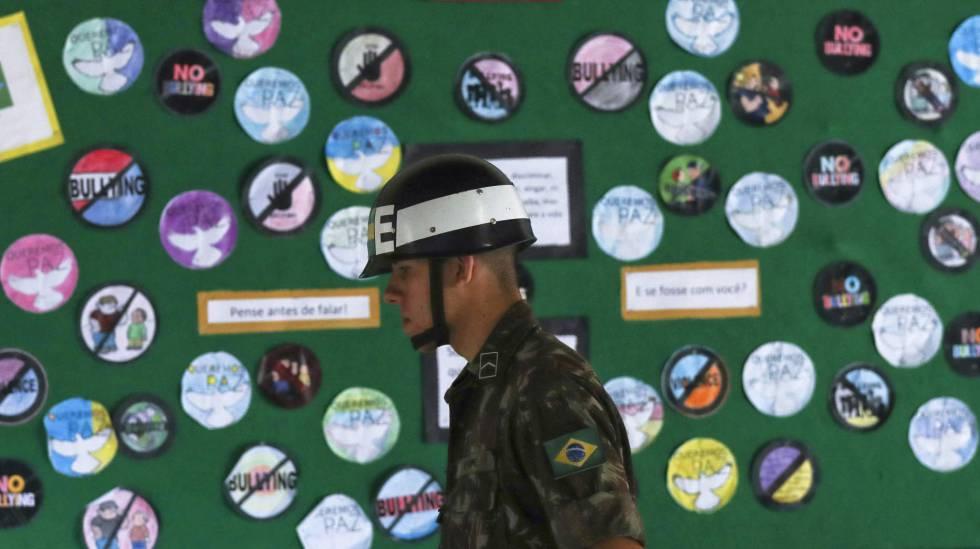 Hoje, 28 de outubro de 2018, soldado brasileiro patrulhando uma zona eleitoral no Rio de Janeiro.