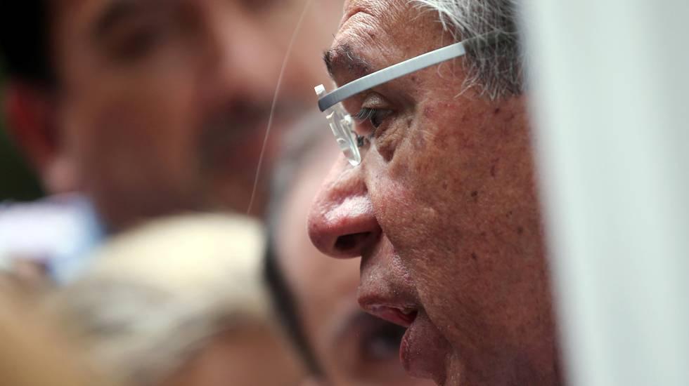 Paulo Guedes fala com jornalistas antes de uma reunião com o presidente-eleito Jair Bolsonaro, no Rio