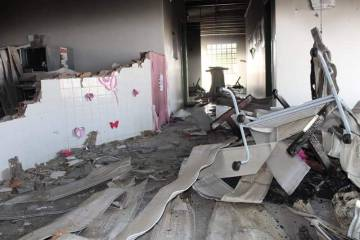 Interior da escola incendiada.