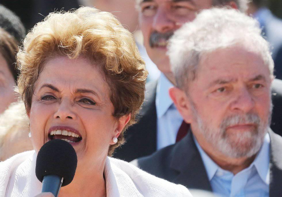 Ao lado do ex-presidente Lula, Dilma Rousseff fez um pronunciamento no qual se diz vítima de um golpe.