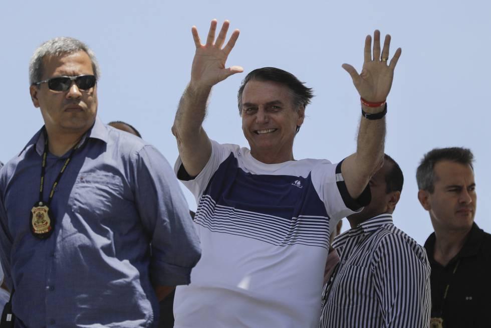 Jair Bolsonaro acena para apoiadores em uma praia no Rio, no dia 31 de outubro.