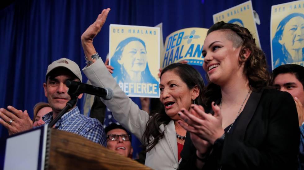 A candidata democrata Deb Haaland comemora a vitória em Albuquerque (Novo México)