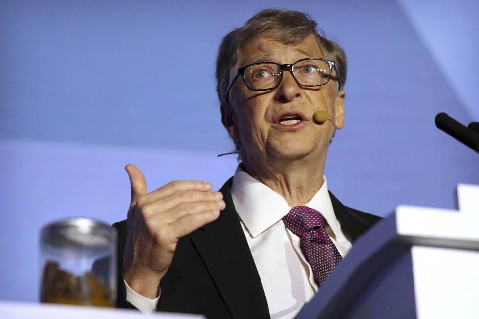 Bill Gates com um pote de excrementos humanos.