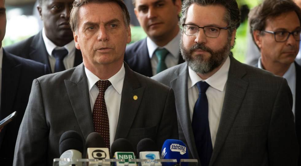 Bolsonaro ao lado do futuro chanceler Ernesto Araújo.