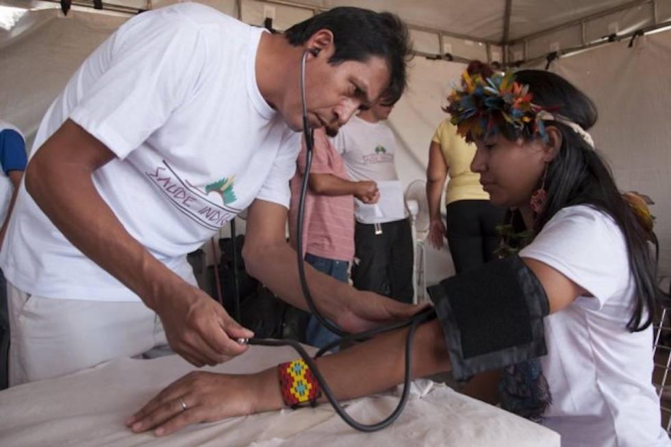 Médico atende paciente indígena no Programa Mais Médicos