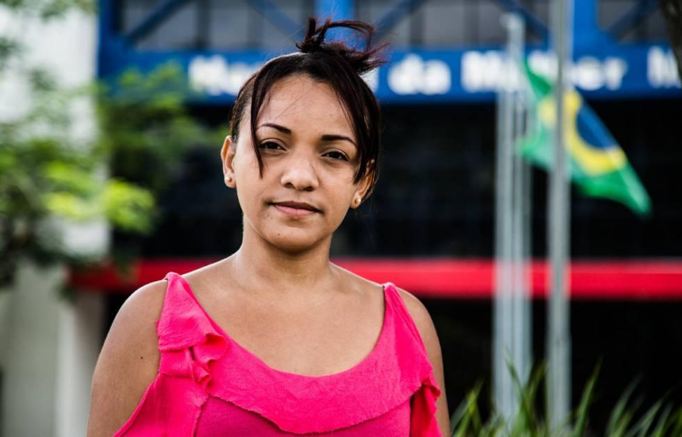 """Após colocar as molas, Elaine Alves da Conceição passou a sentir dores """"na lombar, abaixo da barriga, cólicas muito fortes"""""""