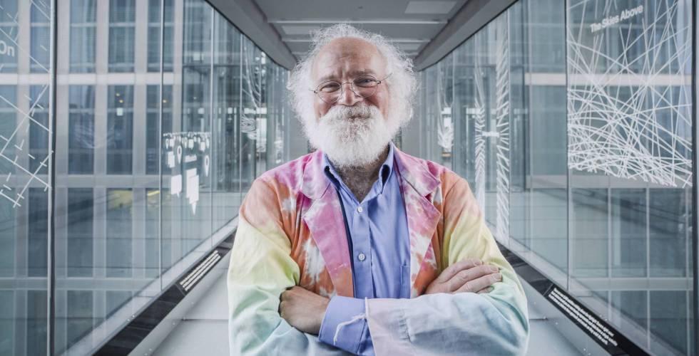 O engenheiro John Cohn com sua característica bata colorida.