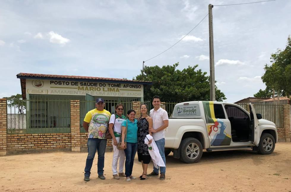 Luan Victor Almeida (à direita), em um dos distritos onde trabalha, em Itaiçaba