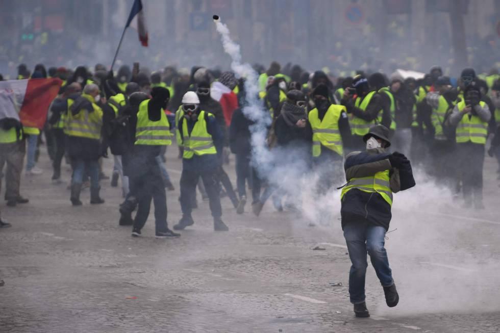 Manifestante devolve bomba de gás em Paris.