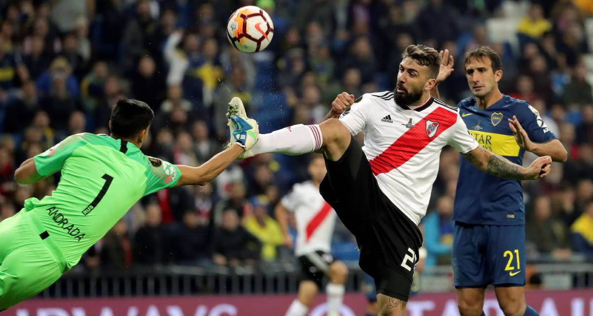 Pratto, autor do gol de empate, disputa a bola com o goleiro Andrada.