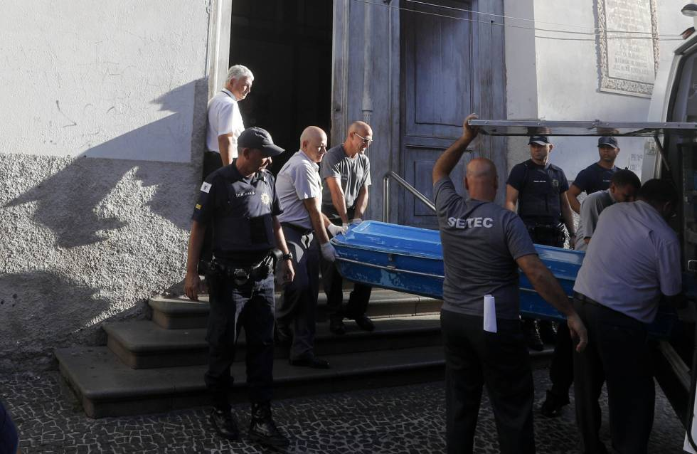 Corpo é retirado da catedral.